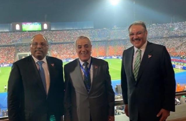 السفير السعودي في القاهرة يشاهد نهائي إفريقيا من المدرجات.. وهذا ما لفت نظره في منتخبي الجزائر والسنغال