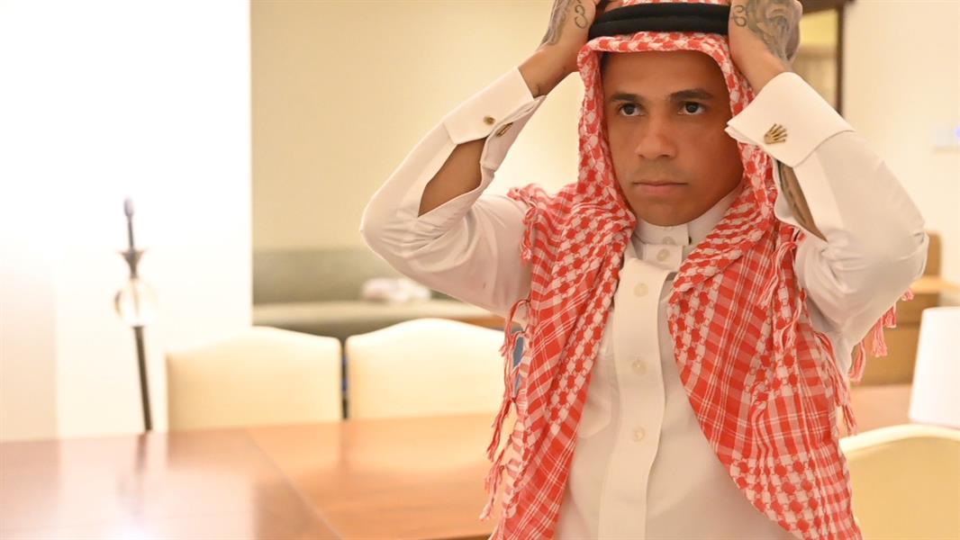 """بعد 10 سنوات قضاها في المملكة.. """"إلتون"""" مودعاً السعوديين: عشت معكم أياماً لا تنسى وسأشتاق إليكم"""