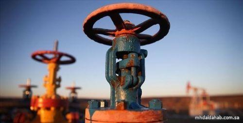 النفط يرتفع و «برنت» عند 49.27 دولاراً