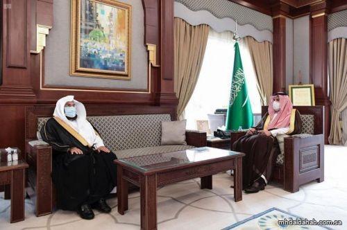 سمو أمير منطقة المدينة المنورة يلتقي الرئيس العام لشؤون المسجد الحرام والمسجد النبوي